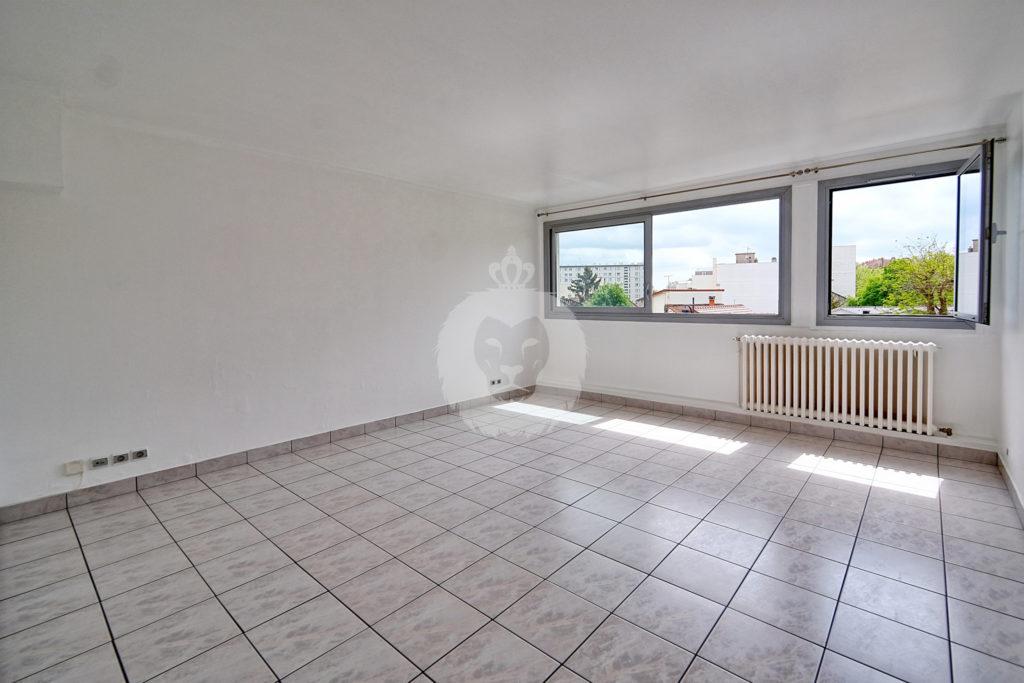 Un grand espace de vie de 22 m² sans aucun vis-à-vis et ouvrable sur la cuisine attenante